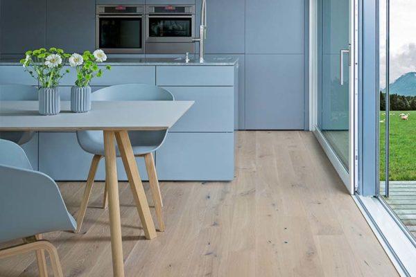 Buchner Holzhaus helle Küche und Esszimmer
