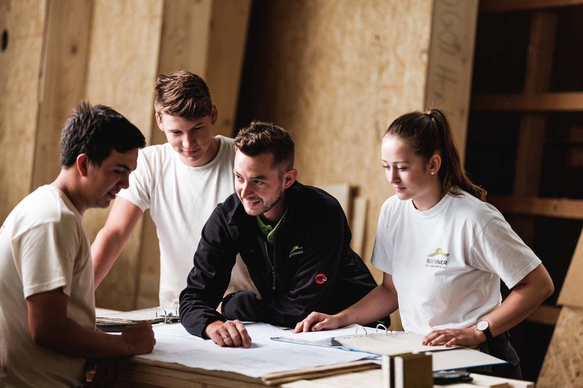 Buchner Team am Bauplan studieren